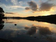 Coucher du soleil au-dessus de l'eau de Coniston Photos stock