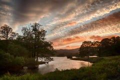 Coucher du soleil au-dessus de l'eau de Rydal dans le district de lac photo libre de droits