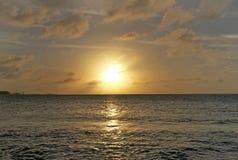 Coucher du soleil au-dessus de l'eau, Nassau, Bahamas photographie stock libre de droits
