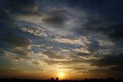 Coucher du soleil au-dessus de l'horizon images stock