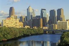 Coucher du soleil au-dessus de l'horizon de Philadelphie de la rivière de Schuylkill, PA Photos stock