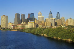 Coucher du soleil au-dessus de l'horizon de Philadelphie de la rivière de Schuylkill, PA Photographie stock libre de droits