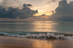 Coucher du soleil au-dessus de l'océan image libre de droits