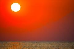 Coucher du soleil au-dessus de l'océan Images stock