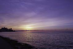 Coucher du soleil au-dessus de l'Océan Atlantique avec le bâtiment résidentiel à l'arrière-plan - La Havane, Cuba Images libres de droits