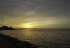 Coucher du soleil au-dessus de l'Océan Atlantique avec le bâtiment résidentiel à l'arrière-plan - La Havane, Cuba Photographie stock