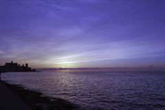 Coucher du soleil au-dessus de l'Océan Atlantique avec le bâtiment résidentiel à l'arrière-plan - La Havane, Cuba Photos libres de droits