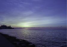 Coucher du soleil au-dessus de l'Océan Atlantique avec le bâtiment résidentiel à l'arrière-plan - La Havane, Cuba Images stock