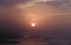 Coucher du soleil au-dessus de l'Océan Atlantique en brouillard de soirée Image stock