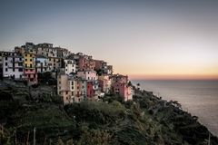 Coucher du soleil au-dessus de l'océan dans Corniglia, Cinque Terre, Italie Image libre de droits