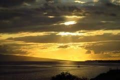 Coucher du soleil au-dessus de l'océan pacifique, bateau sur la mer, Maui, Hawaï images stock