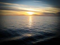 Coucher du soleil au-dessus de l'océan pacifique d'un cruiseliner Photos libres de droits