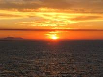Coucher du soleil au-dessus de l'océan pacifique d'un cruiseliner Images stock