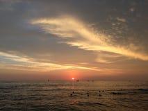 Coucher du soleil au-dessus de l'océan pacifique - vue de mur de Waikiki à Honolulu sur l'île d'Oahu, Hawaï Images libres de droits