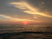 Coucher du soleil au-dessus de l'océan pacifique - vue de mur de Waikiki à Honolulu sur l'île d'Oahu, Hawaï Photos stock