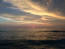 Coucher du soleil au-dessus de l'océan pacifique - vue de mur de Waikiki à Honolulu sur l'île d'Oahu, Hawaï Photo stock