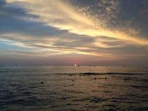 Coucher du soleil au-dessus de l'océan pacifique - vue de mur de Waikiki à Honolulu sur l'île d'Oahu, Hawaï Images stock