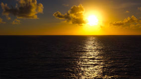 Coucher du soleil au-dessus de l'océan pacifique outre de la côte d'Hawaï Photos stock