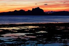Coucher du soleil au-dessus de la baie de Bacuit (EL Nido, Philippines) Images stock