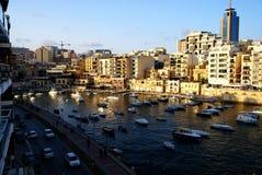 Coucher du soleil au-dessus de la baie de St Julians à Malte Photos libres de droits