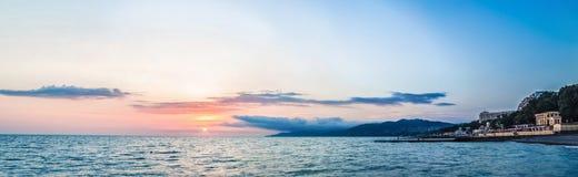 Coucher du soleil au-dessus de la côte photo stock
