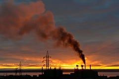 Coucher du soleil au-dessus de la centrale. Photos stock
