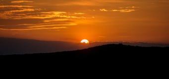Coucher du soleil au-dessus de la colline Photo stock
