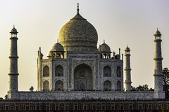 Coucher du soleil au-dessus de la couronne des palais - Taj Mahal à Âgrâ, Uttar Pradesh, Inde photographie stock libre de droits