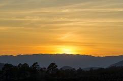 Coucher du soleil au-dessus de la forêt tropicale Photo libre de droits