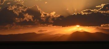 Coucher du soleil au-dessus de la ligne de partage des eaux photographie stock libre de droits