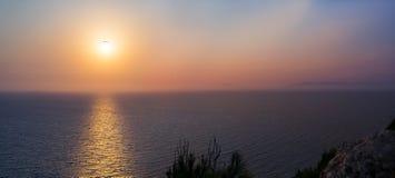 Coucher du soleil au-dessus de la mer Égée chez Rhodes photographie stock