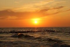 Coucher du soleil au-dessus de la mer. Images stock