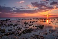 Coucher du soleil au-dessus de la mer Photographie stock