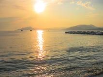 Coucher du soleil au-dessus de la mer Image stock