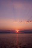 Coucher du soleil au-dessus de la mer avec la tonalité pourpre bleue, verticale Image libre de droits