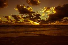 Coucher du soleil au-dessus de la mer baltique Photo stock