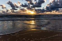 Coucher du soleil au-dessus de la mer baltique Photographie stock