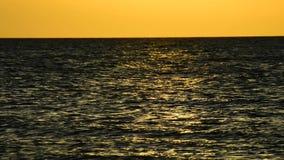 Coucher du soleil au-dessus de la mer baltique banque de vidéos