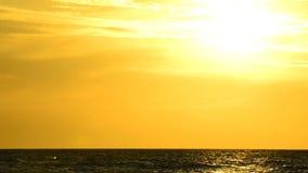 Coucher du soleil au-dessus de la mer baltique clips vidéos