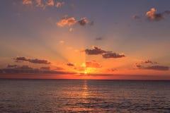 Coucher du soleil au-dessus de la mer des Caraïbes image libre de droits