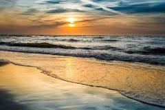 Coucher du soleil au-dessus de la mer en été photos libres de droits