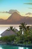 Coucher du soleil au-dessus de la mer et des montagnes, Tahiti Images stock