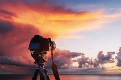 Coucher du soleil au-dessus de la mer, l'aérolithe occidental de côte du soleil au-dessus de l'horizon dans un ciel orange coloré Photos libres de droits