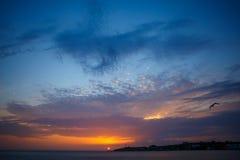 Coucher du soleil au-dessus de la mer Coucher du soleil/lever de soleil avec des nuages, des rayons légers et tout autre effet at Photos libres de droits