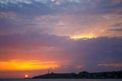 Coucher du soleil au-dessus de la mer Coucher du soleil/lever de soleil avec des nuages, des rayons légers et tout autre effet at Image libre de droits