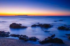 Coucher du soleil au-dessus de la mer, longue exposition Images stock