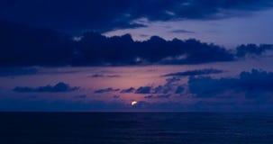 Coucher du soleil au-dessus de la mer du rivage de Batumi la Géorgie banque de vidéos