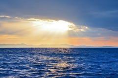 Coucher du soleil au-dessus de la mer vue photos stock