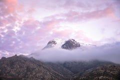 Coucher du soleil au-dessus de la montagne fumeuse Photo libre de droits