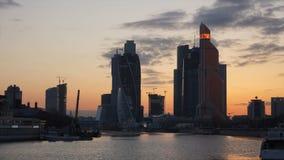 Coucher du soleil au-dessus de la Moscou-ville. banque de vidéos